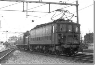 BB 320 met stoomverwarmingswagen 158 954 in Dordrecht (1950)